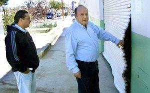 Héctor Segovia observa parte de los daños causados en la sede gremial durante la batalla campal del martes. El Patagónico.net