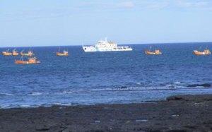 Los pesqueros de la flota amarilla continuaban ayer fondeados en proximidades de la monoboya petrolera, vigilados por un guardacostas de Prefectura Naval. (El Patagónico)